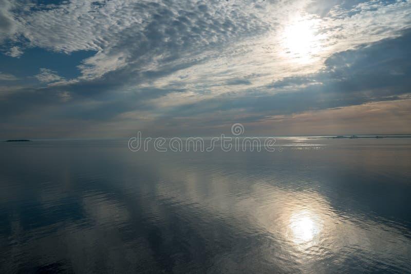 Piękny ranku słońce nad oceanem widzieć od statku wycieczkowego fotografia stock