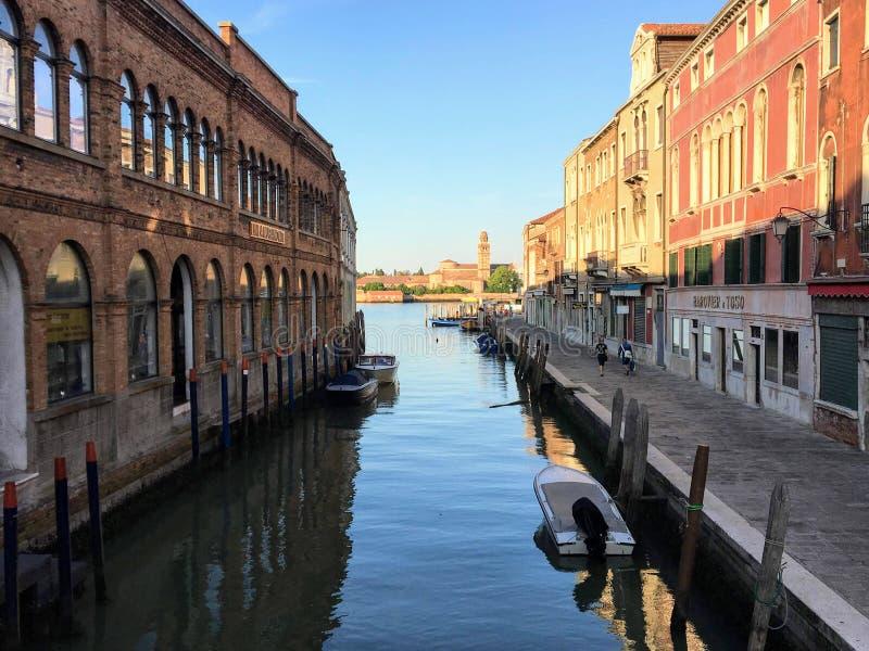 Piękny ranku widok patrzeje w dół spokojnego kanał w Murano, Włochy obraz royalty free