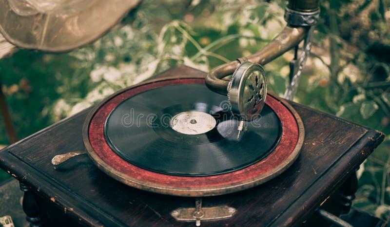 Piękny rocznika fonograf słuchać winyl zdjęcie royalty free