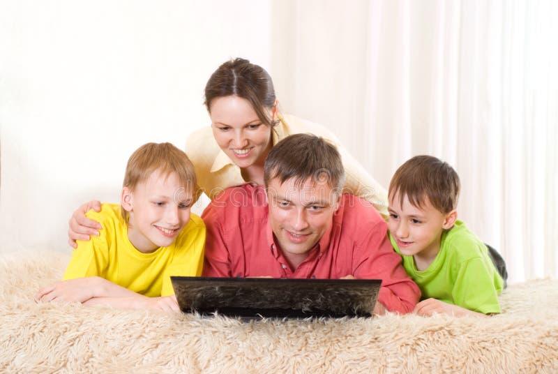 Piękny rodzina składająca się z czterech osób fotografia royalty free