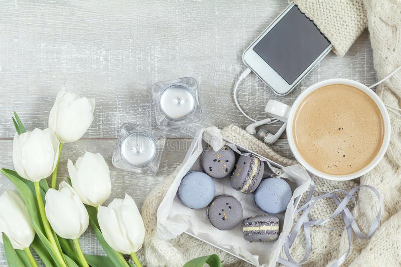 Piękny romantyczny skład z kawą, słodkim jedzeniem i flowe, zdjęcie royalty free