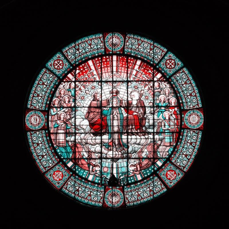 Piękny round witrażu okno w monasterze Montserrat na czarnym tle w Hiszpanii obrazy royalty free