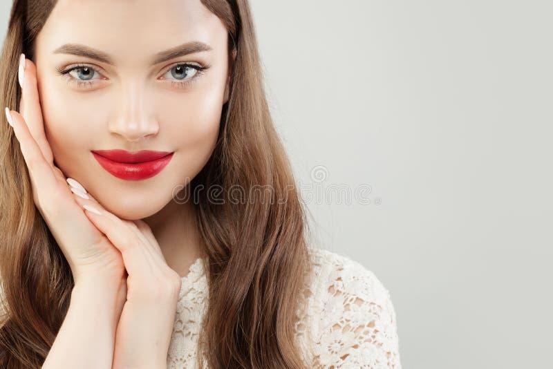 Piękny rozochocony kobieta model z jasnym skóry i czerwieni warg makeup obraz stock