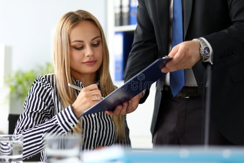Piękny rozważny urzędnik podpisuje znacząco dokument obrazy stock