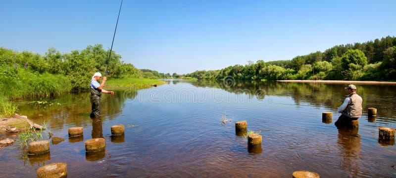 Piękny rzeczny spływanie w wsi na Pogodnym letnim dniu zdjęcia royalty free