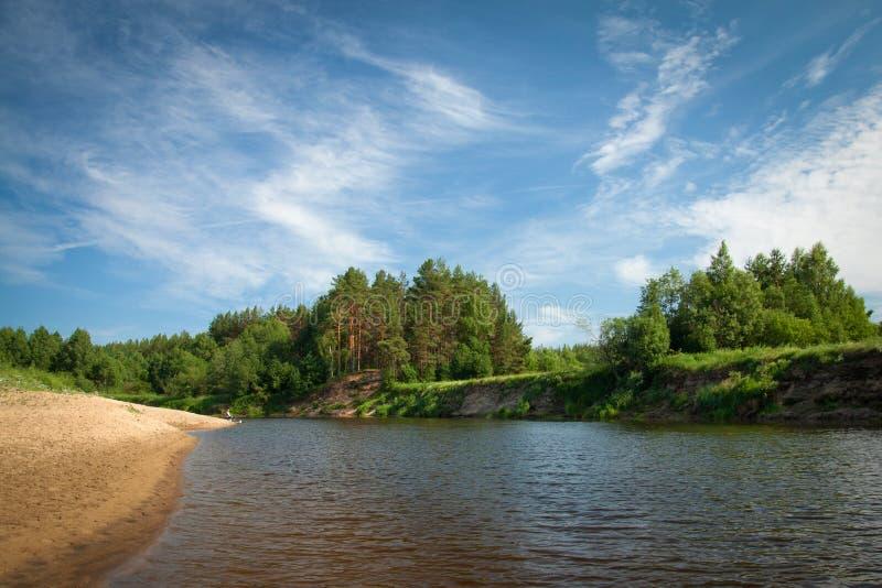 Piękny rzeczny spływanie w wsi na słonecznym dniu obrazy stock