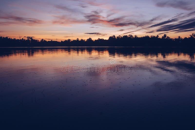 Piękny słońca światło w wieczór przy rzeką obrazy stock