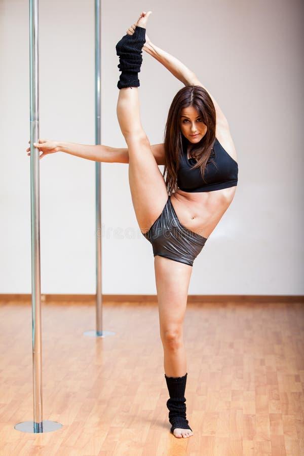 Piękny słupa tancerza rozciąganie zdjęcie royalty free
