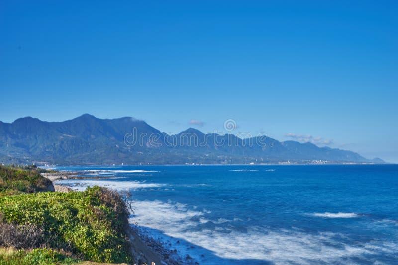 Piękny scenics Jialulan skalista plaża falami łączy z popiółem i niebem w Taitung mieście obrazy stock