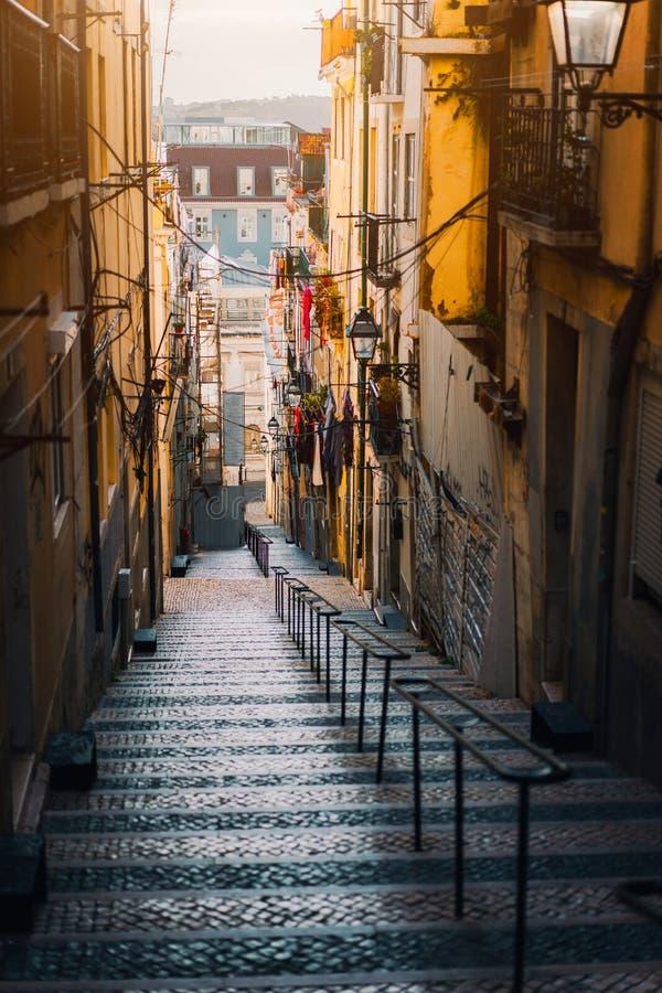 Piękny schody w Lisbon Wisząca pralnia w typowej wąskiej ulicie Zmierzch w starym śródmieściu Lisbon, pejzaż miejski obraz royalty free