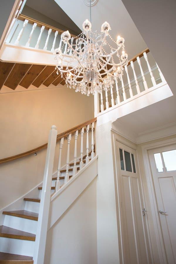 Piękny schody w wiktoriański stylu z krystalicznym świecznikiem i dekoracyjnym poręczem obrazy royalty free