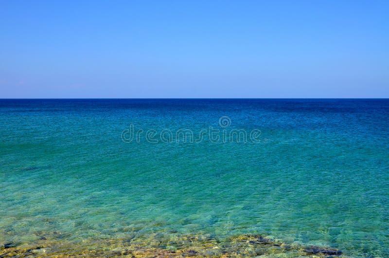 Piękny seascape, lazurowy morze przeciw niebieskiemu niebu w spokój pogodzie zdjęcia royalty free
