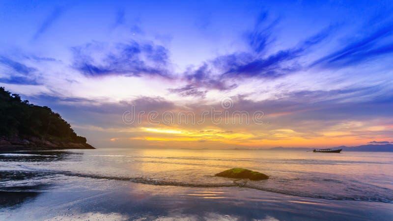 Piękny Seascape Morze, skała i chmura w niebie przy zmierzchem, zdjęcia royalty free