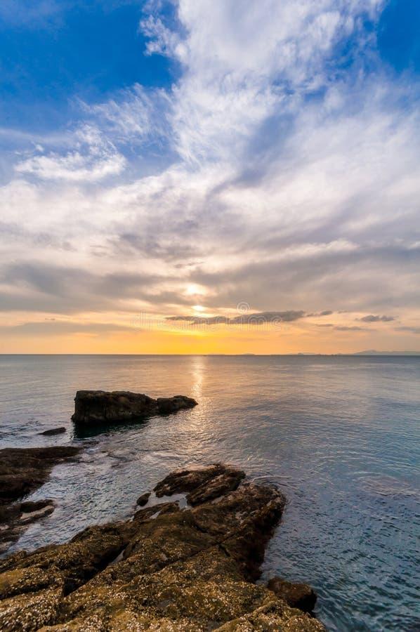 Piękny Seascape Morze, skała i chmura w niebie przy zmierzchem, fotografia royalty free