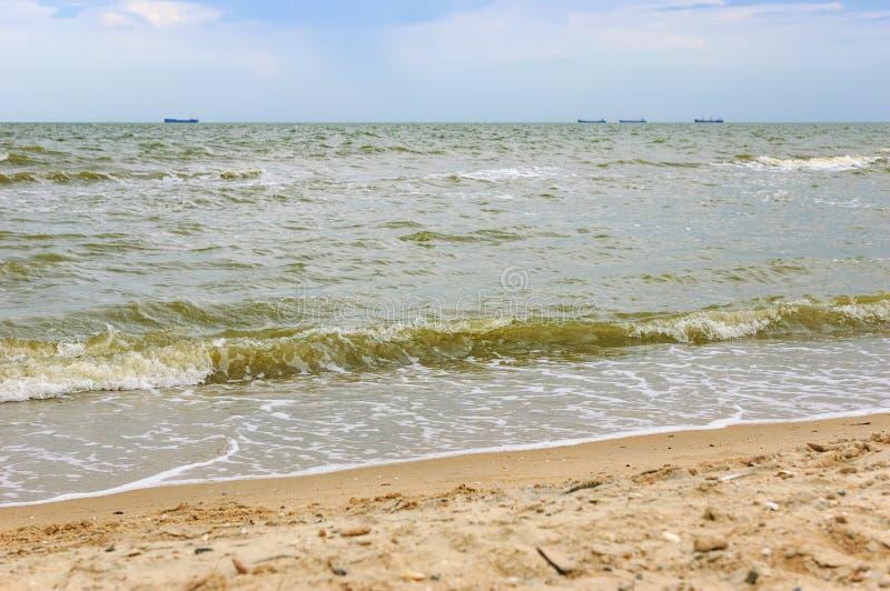 Piękny seascape z woda statkiem i pluśnięciami obraz stock