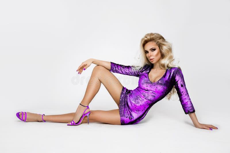 Piękny, seksowny, blondynka, kobieta, model w eleganckiej karnawał sukni z cekinami fotografia royalty free