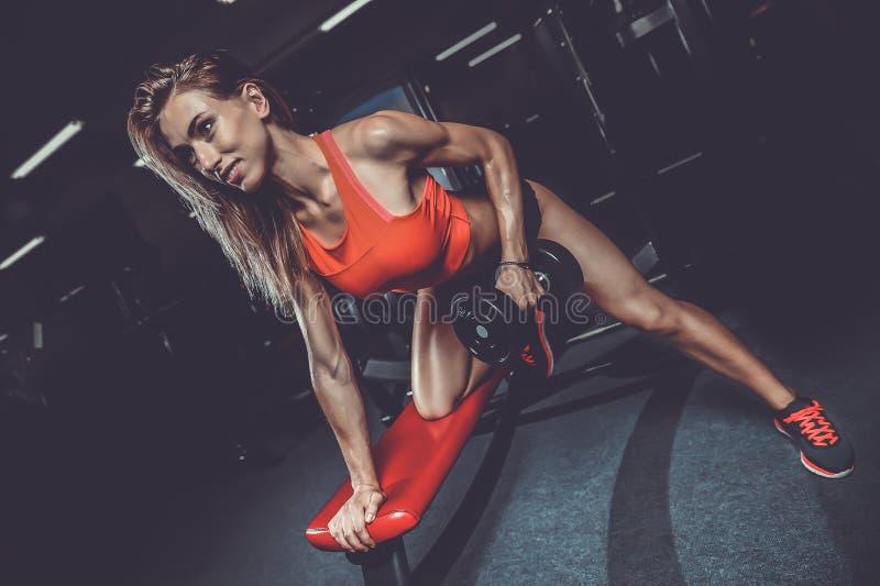 Piękny seksowny caucasian sprawności fizycznej dziewczyny szkolenia plecy w gym pumpi zdjęcia stock