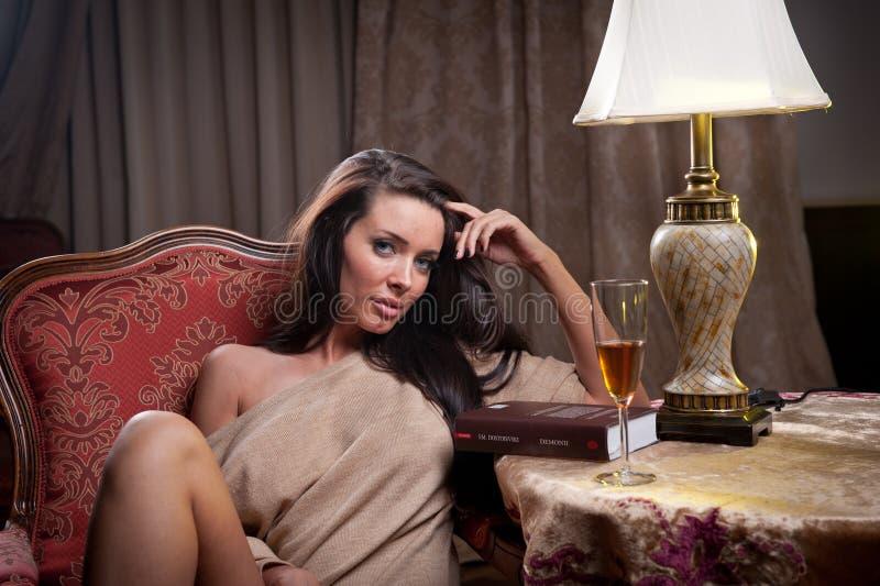 Piękny seksowny kobiety obsiadanie na krześle i relaksować obrazy royalty free