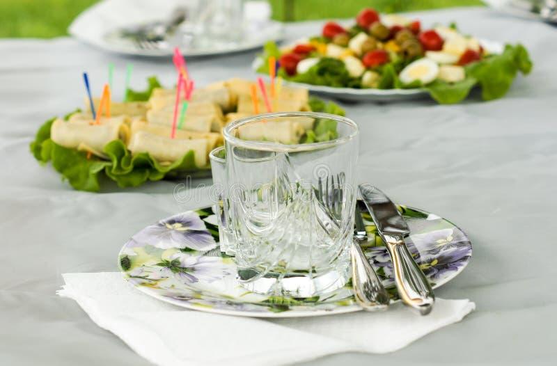 Piękny set przekąski na stole podczas pinkinu w naturze zdjęcia stock