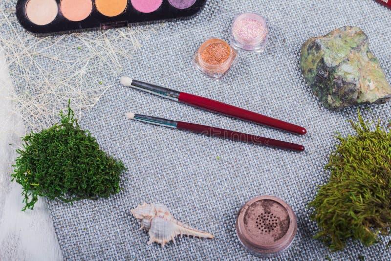 Piękny skład: fachowy makijaż szczotkuje i narzędzia, dekoracyjni elementy fotografia stock