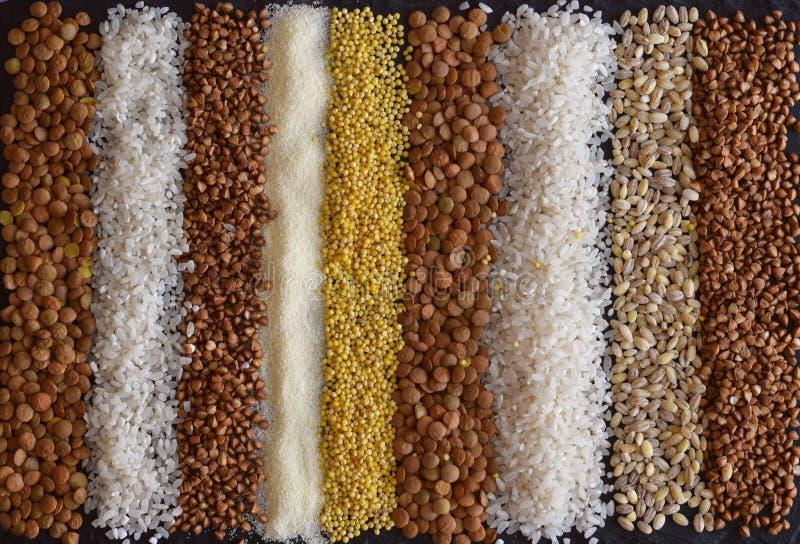 Piękny skład różne adra na stole: gryka, jagła, manna, soczewicy, perełkowy jęczmień, ryż zdjęcie royalty free