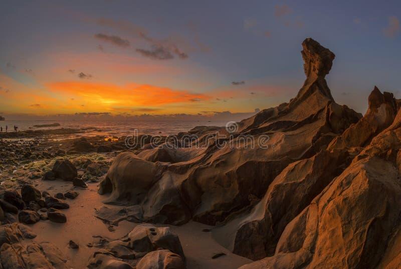 Piękny skalisty Tindakon plaży zmierzchu widok w Kudat Malezja obrazy stock