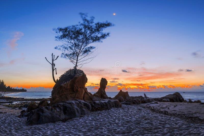 Piękny skalisty Tindakon plaży zmierzchu widok w Kudat Malezja obraz stock