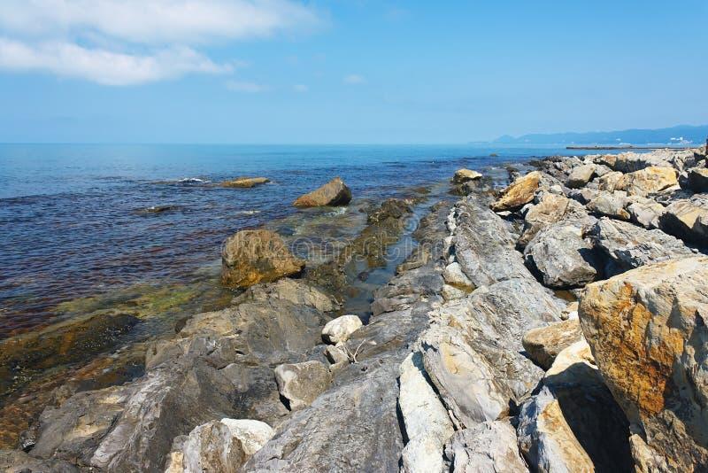 Piękny skalisty wybrzeże morze pod niebieskim niebem fotografia royalty free