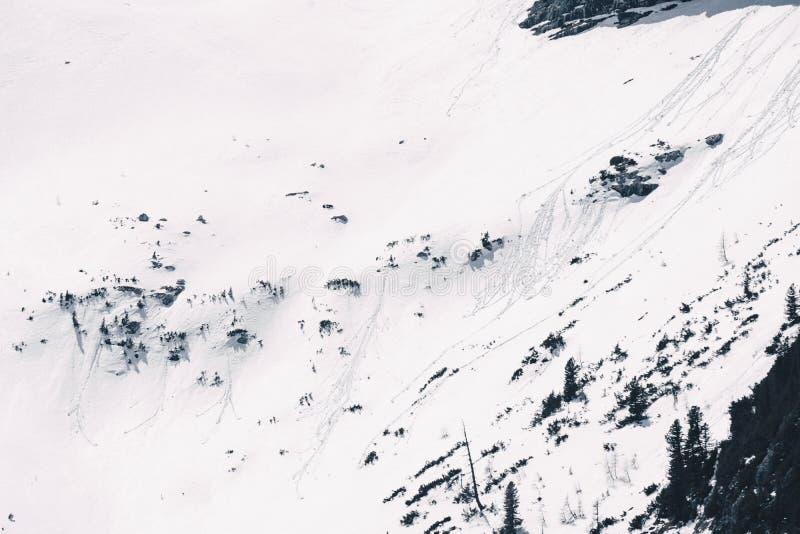 Piękny skalisty wzgórze zakrywający w śniegu obraz stock