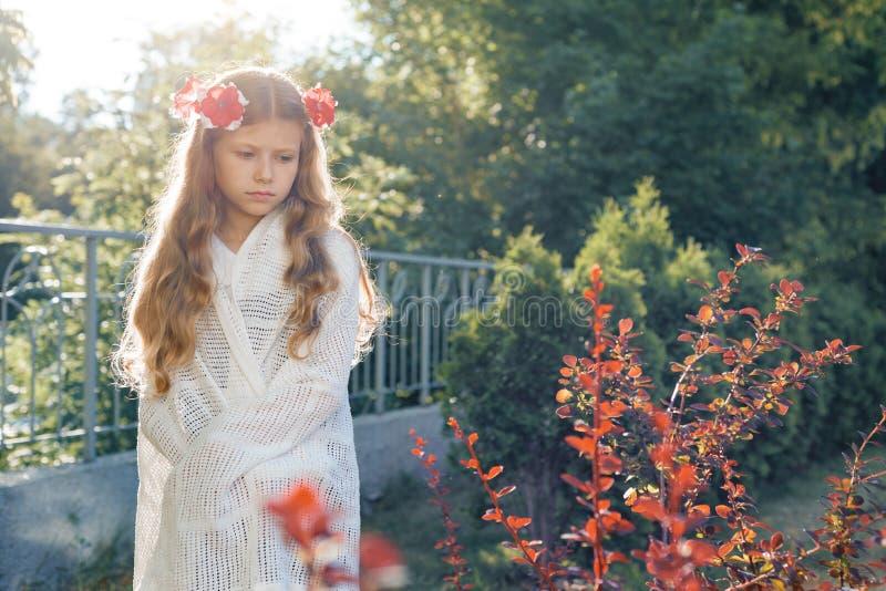 Piękny smutny małej dziewczynki dziecko w wianku menchia kwiaty, zakrywającym z białą koc fotografia royalty free
