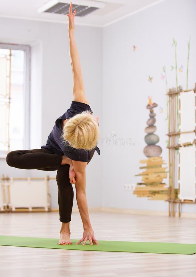 Piękny sporty dysponowany jog kobiety praktyk joga skręta asana w sprawność fizyczna pokoju zdjęcie royalty free