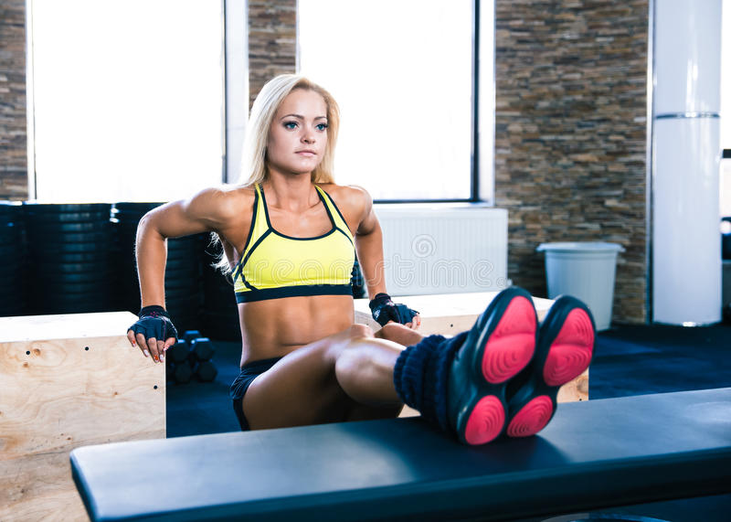 Piękny sporty kobieta trening przy gym zdjęcia royalty free