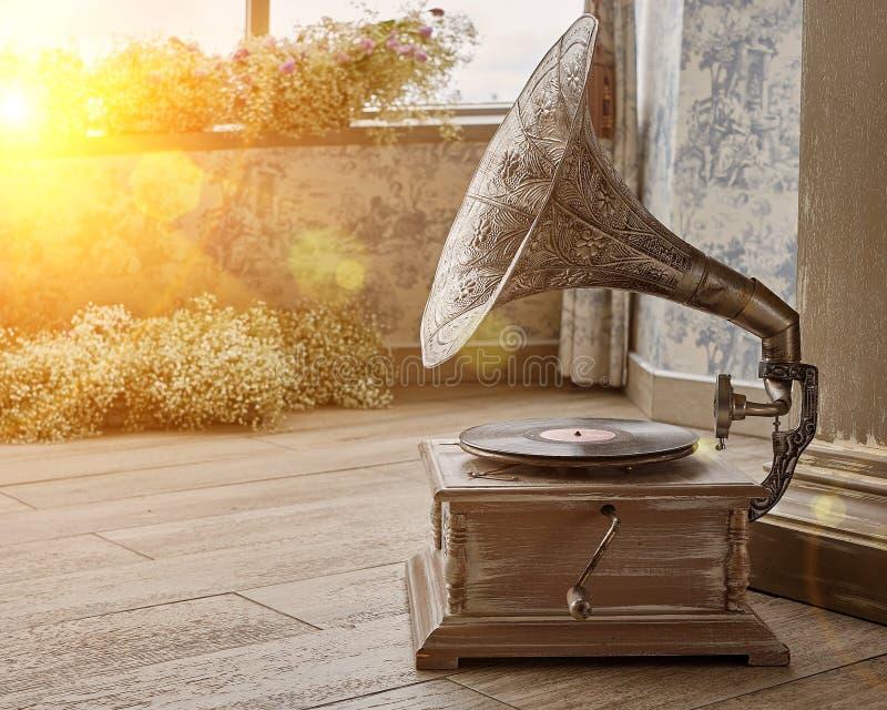 Piękny srebny rocznika fonograf Retro gramofon z kopii przestrzenią stonowany zdjęcia royalty free