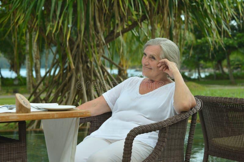 Piękny starszy kobiety obsiadanie fotografia stock