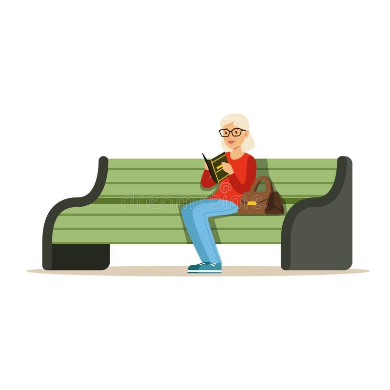 Piękny starszy kobiety obsiadanie na drewnianej ławce czytelniczej książce i kolorowa charakteru wektoru ilustracja ilustracji