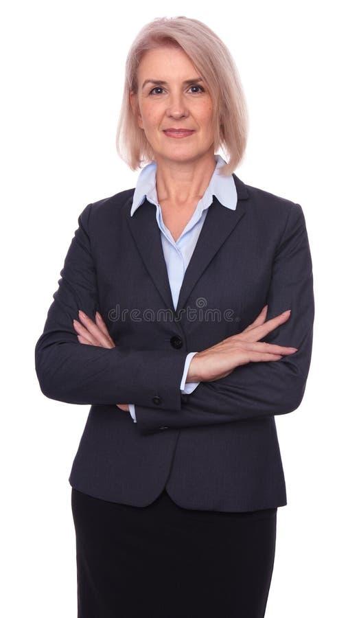 Piękny stary bizneswoman z rękami krzyżować odosobniony obrazy stock