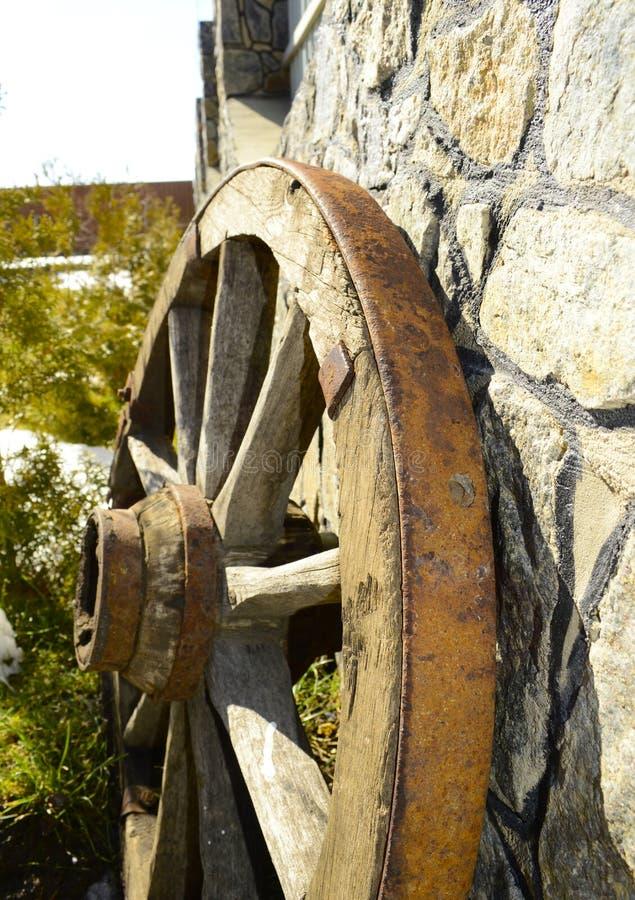 Piękny stary drewniany koło blisko ściany zdjęcie royalty free
