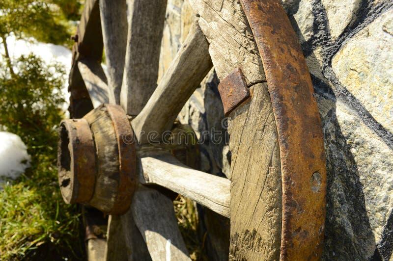 Piękny stary drewniany koło blisko ściany zdjęcia stock