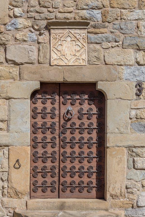 Piękny stary drzwi w kamiennym domu w Hiszpańskiej antycznej wioski Sant esteve melinie Bas w Catalonia obrazy stock