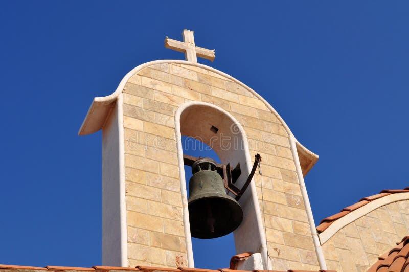 Piękny stary kamienny kościół przeciw niebieskiemu niebu obraz stock