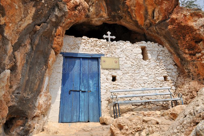 Piękny stary kamienny kościół przeciw niebieskiemu niebu fotografia royalty free