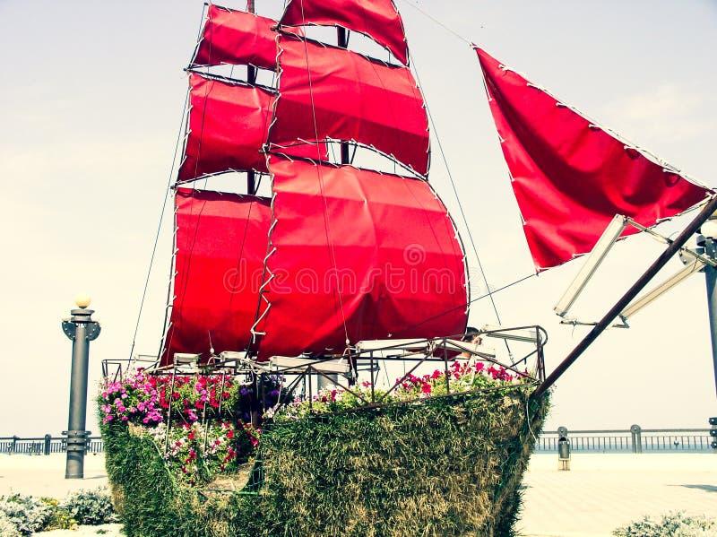 Piękny statek z szkarłatnymi żaglami fotografia stock