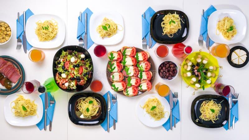 Piękny stołowy położenie z naczyniami, napojami i makaron porcjami, obraz royalty free