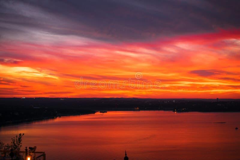 Piękny strzał jezioro z zadziwiającym breathtaking czerwonym chmurnym niebem podczas zmierzchu zdjęcie royalty free