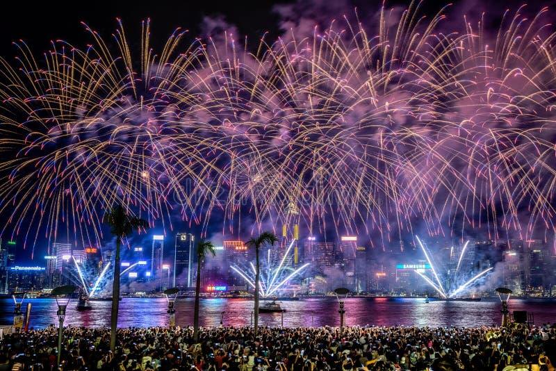 Piękny strzał kolorowi wibrujący fajerwerki w nocnym niebie podczas wakacji fotografia stock