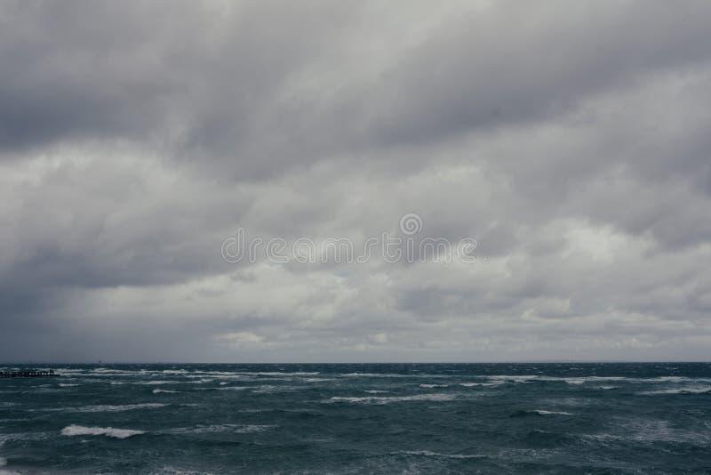 Pi?kny strza? morze z popielatym ciemnym chmurnym niebem zdjęcie royalty free