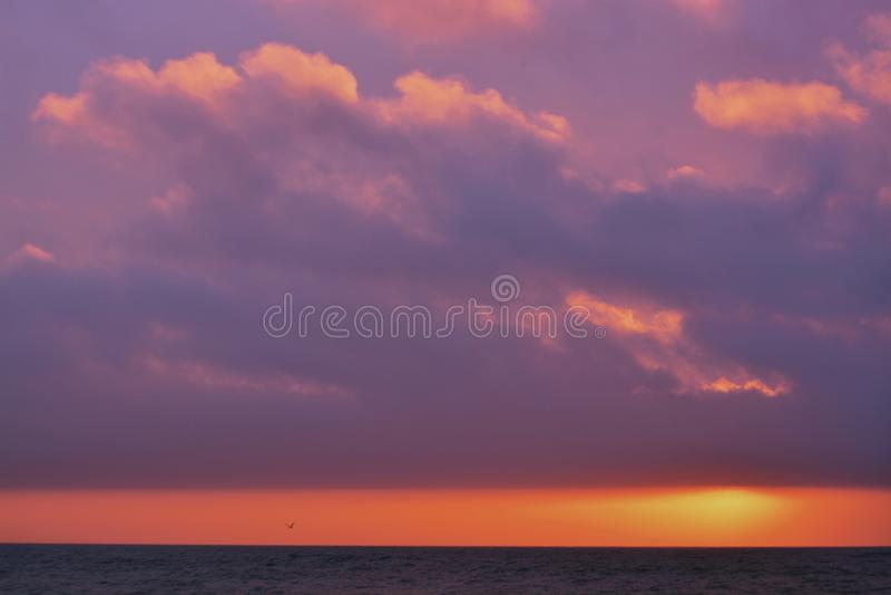 Piękny strzał morze z zadziwiającym olśniewającym słońcem na horyzoncie podczas zmierzchu fotografia royalty free