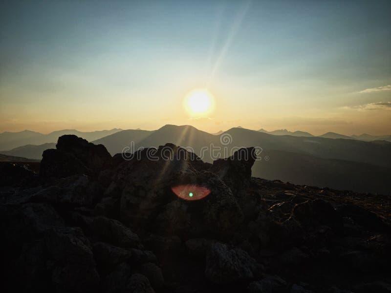 Piękny strzał skała dalej nakrywa górę z słońca jaśnieniem w tle fotografia royalty free