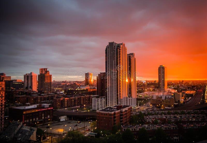 Piękny strzał wysocy drapacz chmur i biznesowi budynki Chicago przy zmierzchem zdjęcia royalty free