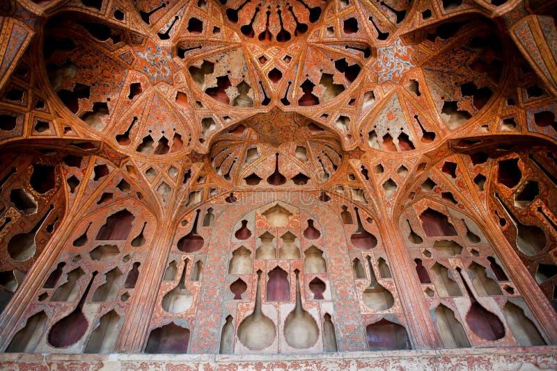 Piękny sufit i wzory w muzycznych instrumentach kształtujemy w pałac zdjęcie stock